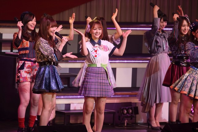 2018年末のNHK紅白歌合戦に出演したメンバーと「恋するフォーチュンクッキー」を披露するHKT48の村重杏奈さん。「ひな壇」を盛り上げたことに対する指原莉乃さんからのご褒美だ
