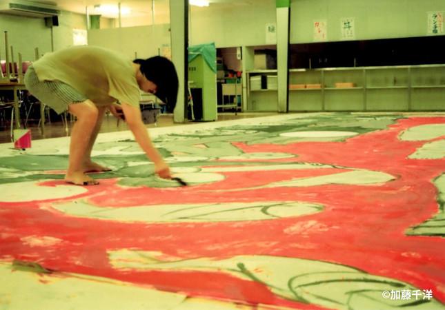 美術家は帰国後に起きた天安門事件への怒りと悲しみを巨大な絵にぶつけた。1989年夏、大阪で