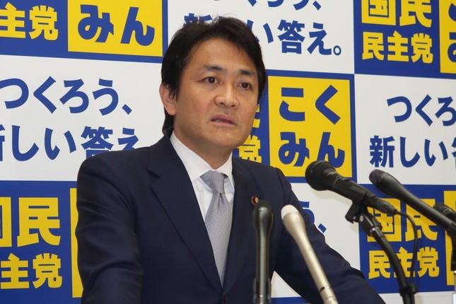 記者会見する国民民主党の玉木雄一郎代表。自由党の小沢一郎代表と「連携を強化していこうということで一致した」などと説明した