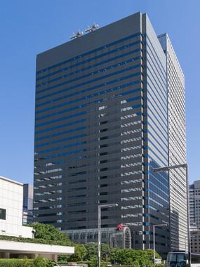オリンパス本社がある新宿モノリスビル(Rs1421さん撮影、Wikimedia Commonsより)