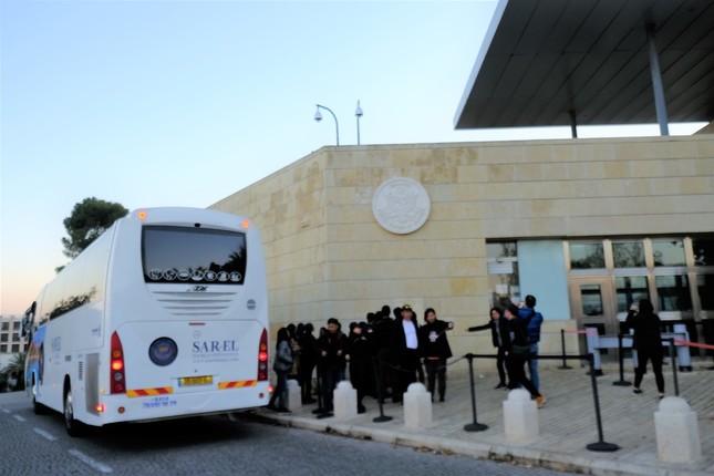 エルサレムに移転した米大使館を、写真に収める中国人旅行者たち