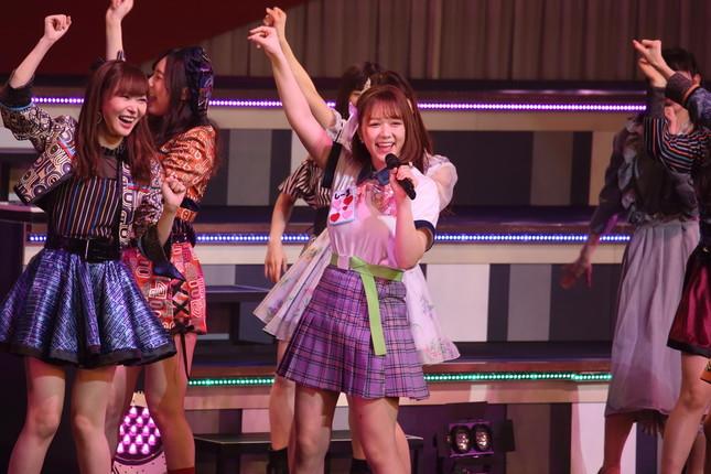 指原莉乃さんらと「恋するフォーチュンクッキー」を披露するHKT48の村重杏奈さん