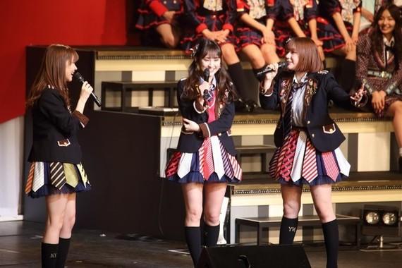 コンサートで窮状を訴えるHKT48の村重杏奈さん(写真右)。左から指原莉乃さん、植木南央さん