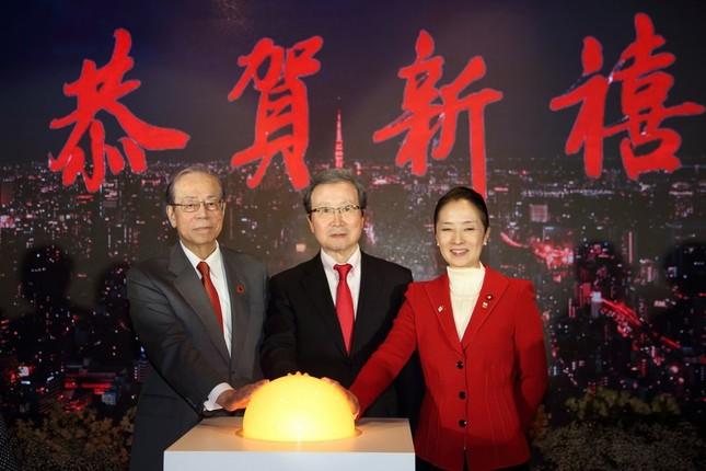 式典では点灯スイッチを押して新年を祝った。左から福田康夫元首相、程永華(チョン・ヨンホワ)駐日大使、浮島智子文部科学副大臣