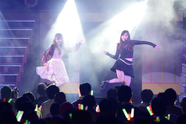 松井珠理奈さん(右)とのダンス対決では「完敗」 (c)AKS