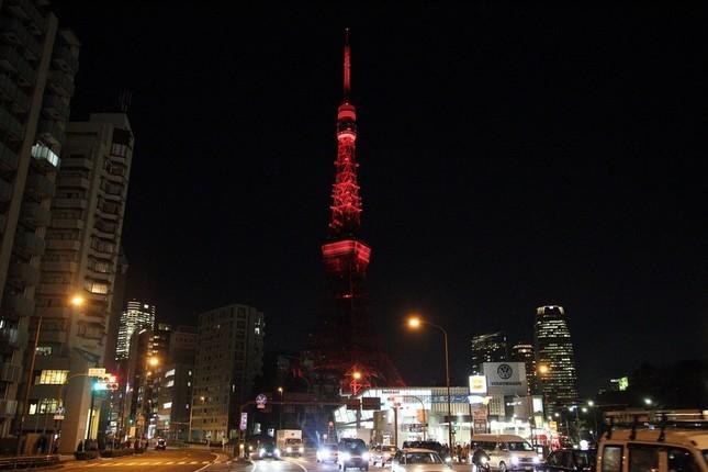 「中国紅」にライトアップされた東京タワー