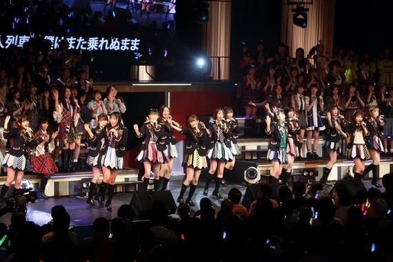 東京都内で開かれたコンサートでパフォーマンスするHKT48(19年1月撮影)