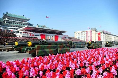 2018年の軍事パレードではミサイルも多数登場していた(写真は2018年2月9日付の労働新聞から)