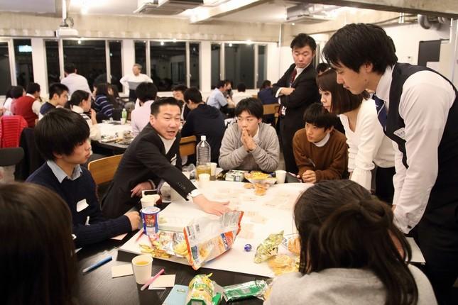 イベントはテーブルを囲んで議員と若者が話し合う形式で行われた。左から2番目が福山哲郎幹事長