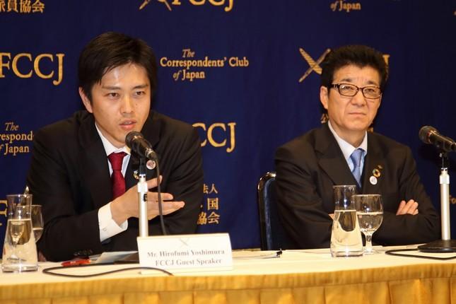日本外国特派員協会で会見する大阪府の松井一郎知事(大阪維新の会代表、右)と大阪市の吉村洋文市長(維新政調会長、左)