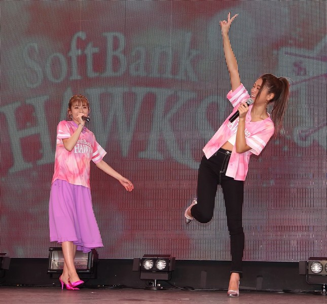 タカガールのユニフォ-ムを着てダンスを披露する若槻千夏さん(左)と「みちょぱ」こと池田美優さん(右)