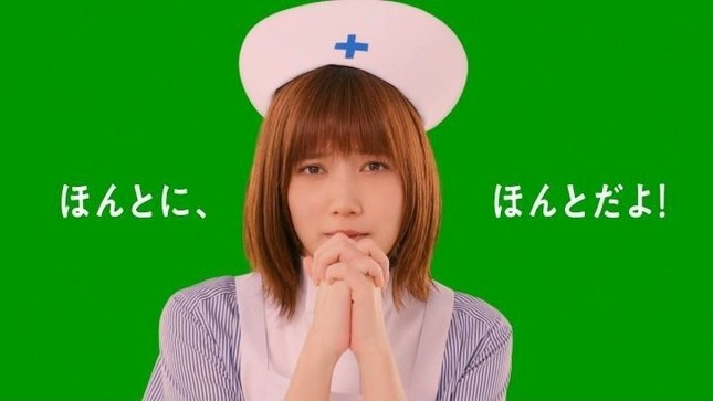 看護師姿の本田翼さん(LINEモバイルのリリースから)