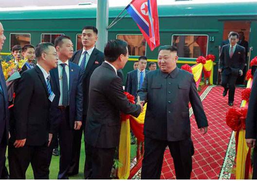 中越国境近くにあるドンダン駅に到着した北朝鮮の金正恩朝鮮労働党委員長。特別列車運行の影響を受けた人も多かったようだ(写真は労働新聞ウェブサイトから)