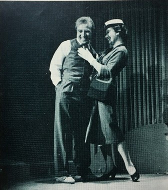 劇団民藝の舞台「セールスマンの死」での滝沢修さんと佐々木すみ江さん。1966年上演時のパンフレットより