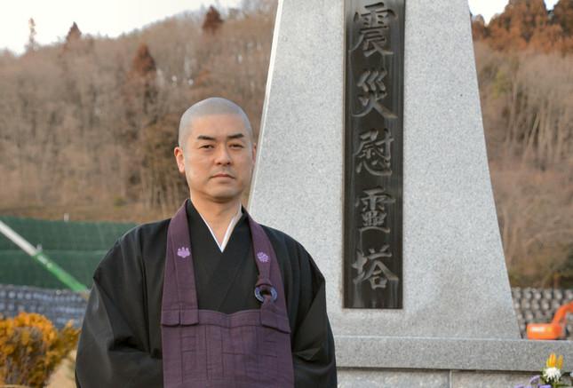 安洞院住職の横山俊顕さん。敷地内には、東日本大震災慰霊塔が建てられている