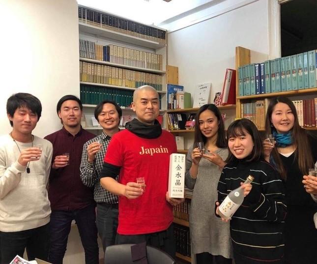 横山さん(写真中央)を囲むのは、「祈りの手紙」のスペイン語訳を手伝ったバルセロナの日本人留学生たち(写真提供・横山俊顕さん)