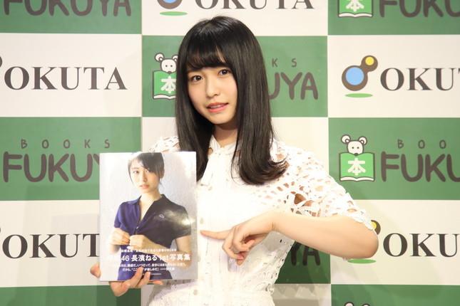 卒業を発表した欅坂46の長濱ねるさん。長崎市や五島列島で撮影した初の写真集「ここから」(講談社)は、累計発行部数が20万部を突破している(2017年12月撮影)