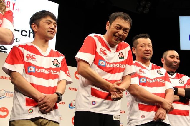 ラグビー日本代表ジャージで登場した吉本ラグビー芸人。左から中川家剛さん・礼二さん、ケンコバさん、レイザーラモンRGさん