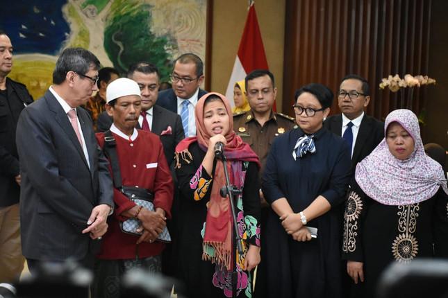 インドネシア国籍のシティ・アイシャ被告(中央)。検察が起訴を取り下げたため釈放された(写真はインドネシア外務省のツイッターから)