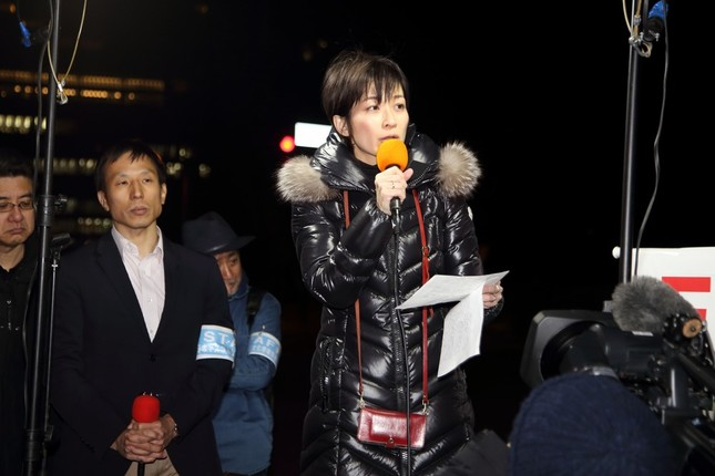 集会の最後にマイクを持つ東京新聞社会部の望月衣塑子(いそこ)記者。「メディアが権力に厳しい質問をできなくなったとき、民主主義は衰退する」などと訴えた