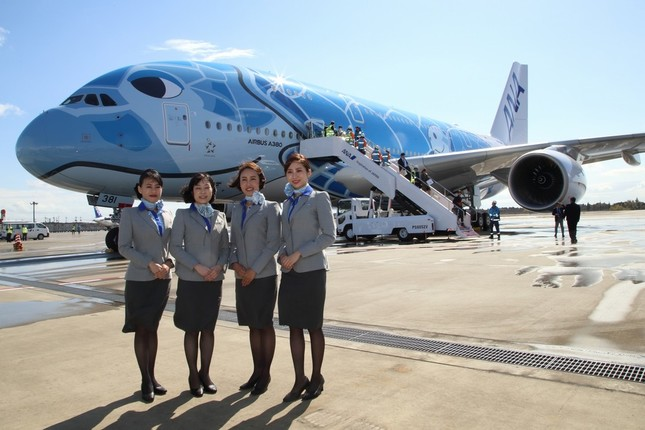 A380を背景の写真撮影に応じるANAの客室乗務員(CA)