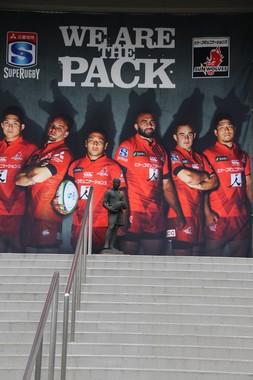 東京・秩父宮ラグビー場正門に掲げられている「サンウルブズ」の巨大な幕