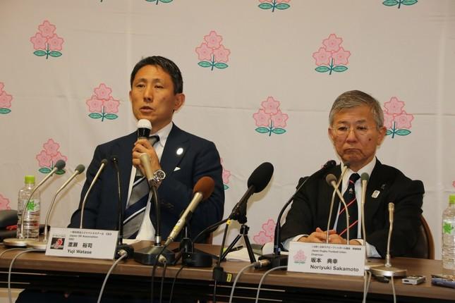 協会で会見に臨んだ、左から渡瀬CEO、坂本専務理事