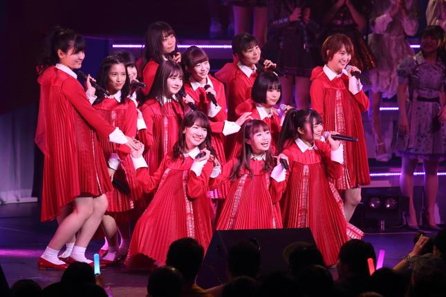 コンサートでパフォーマンスを披露するNGT48(2019年1月撮影)
