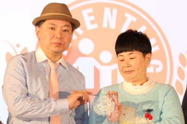 鈴木おさむさん(左)と、森三中・大島美幸さん(2016年12月撮影)