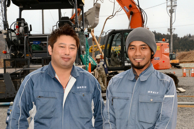 菅原工業専務・菅原渉さん(左)と、技能実習生として働いていたヘルシスワントさん