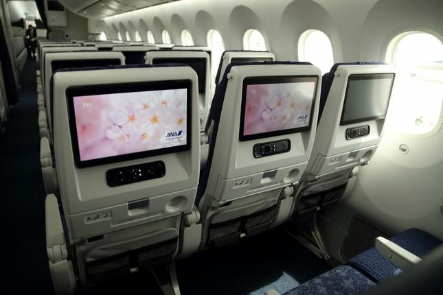 エコノミークラスの座席につくモニターは13.3インチで、787-9の9インチから大幅に大きくなった