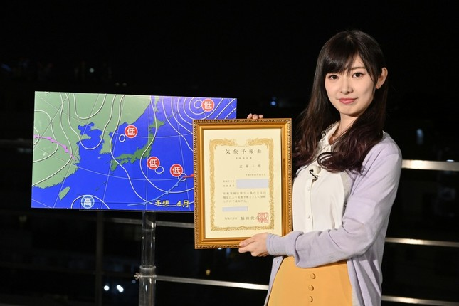 気象予報士の国家試験に合格したAKB48の武藤十夢さん (C)東北新社