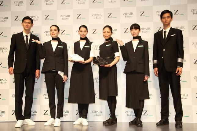 「ZIPAIR(ジップエア)」が発表した制服。地上の業務では白、空の業務では黒のスニーカーを履くことになっている