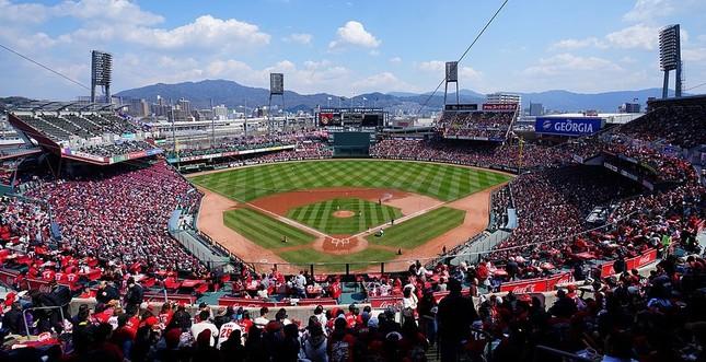 マツダスタジアム(HKT3012氏撮影:Wikimedia Commonsから)