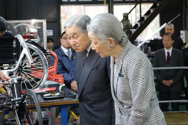「オーエックスエンジニアリング」で高機能車いすを見学される天皇・皇后両陛下(中小企業庁のホームページより)