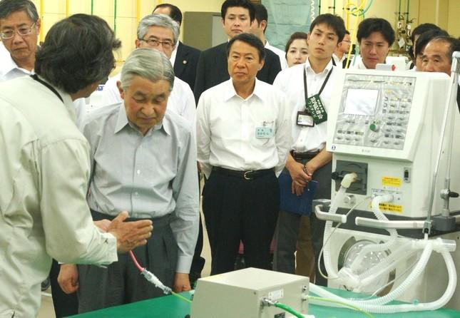 「メトラン」で最先端医療技術を見学される天皇陛下