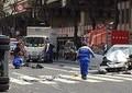 転がる帽子、真っ二つの自転車、収集車は大破し倒れる 池袋事故、現場写真が物語る異様な状況