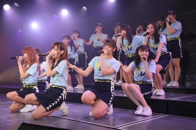 NGT48の山口真帆さんが卒業を表明したチームGの千秋楽公演。チームメンバーは山口さんらにサプライズで色紙を贈った(c)AKS