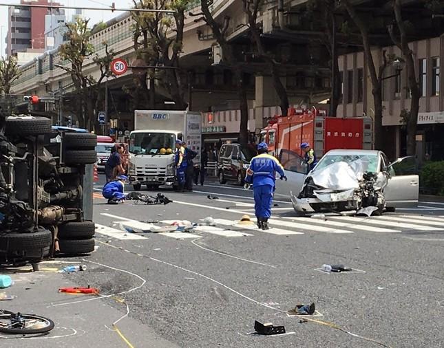 東京・池袋の事故現場。暴走し大破した乗用車(右)と、衝突され横転したゴミ収集車(左)(2019年4月19日撮影、ユーザー提供、一部加工)