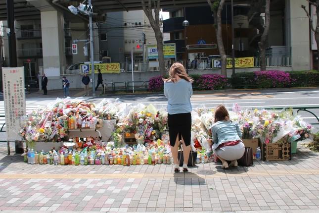 東京・池袋の事故現場。人々が花束などを供え、被害者を悼んでいる(2019年4月23日撮影)