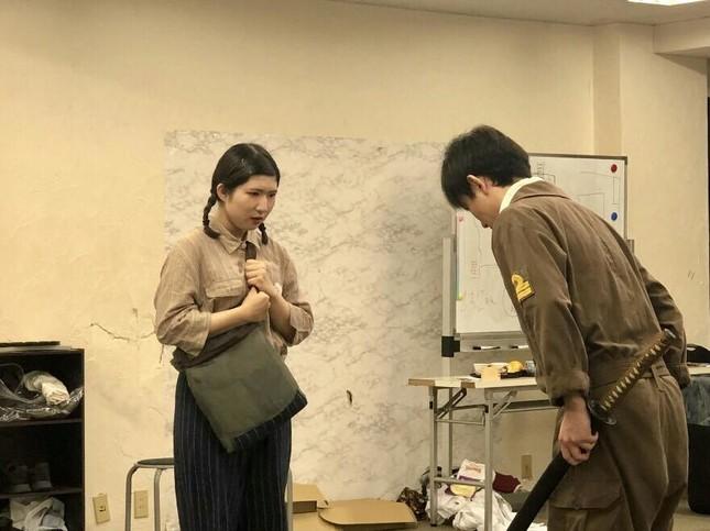 稽古中の様子。左の女性が小笠原茉由さん。