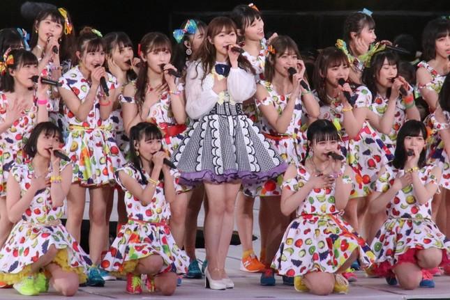 HKT48のメンバーに囲まれる指原莉乃さん(2019年4月28日撮影)