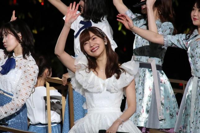 卒業コンサートで手を振る指原莉乃さん(2019年4月28日撮影)