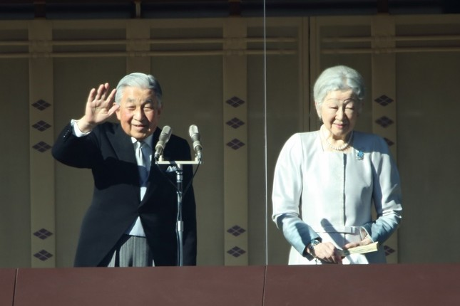 2019年1月2日の一般参賀の際に手を振る天皇陛下と皇后さま