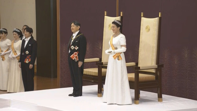皇后さまと並んで「即位後朝見の儀」に臨まれた