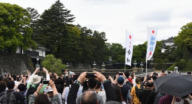 各局の中継にもたびたび登場した皇居前。令和元年を迎えた朝も、大勢の人が詰めかけた(5月1日撮影)。