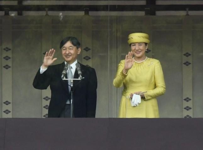 訪れた人たちに手を振られる天皇、皇后両陛下
