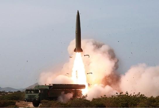 北朝鮮は5月4日に「大口径長距離ロケット砲と戦術誘導兵器」を発射したと発表した(写真は労働新聞から)