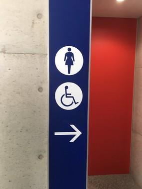 ○女性、×男性トイレ(読者提供)