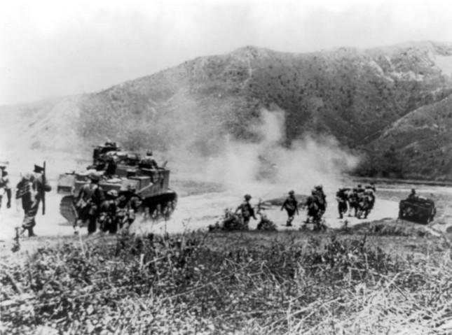 日本軍は兵站の軽視が際立っていた(写真はインパール作戦で日本軍を追うグルカ兵)